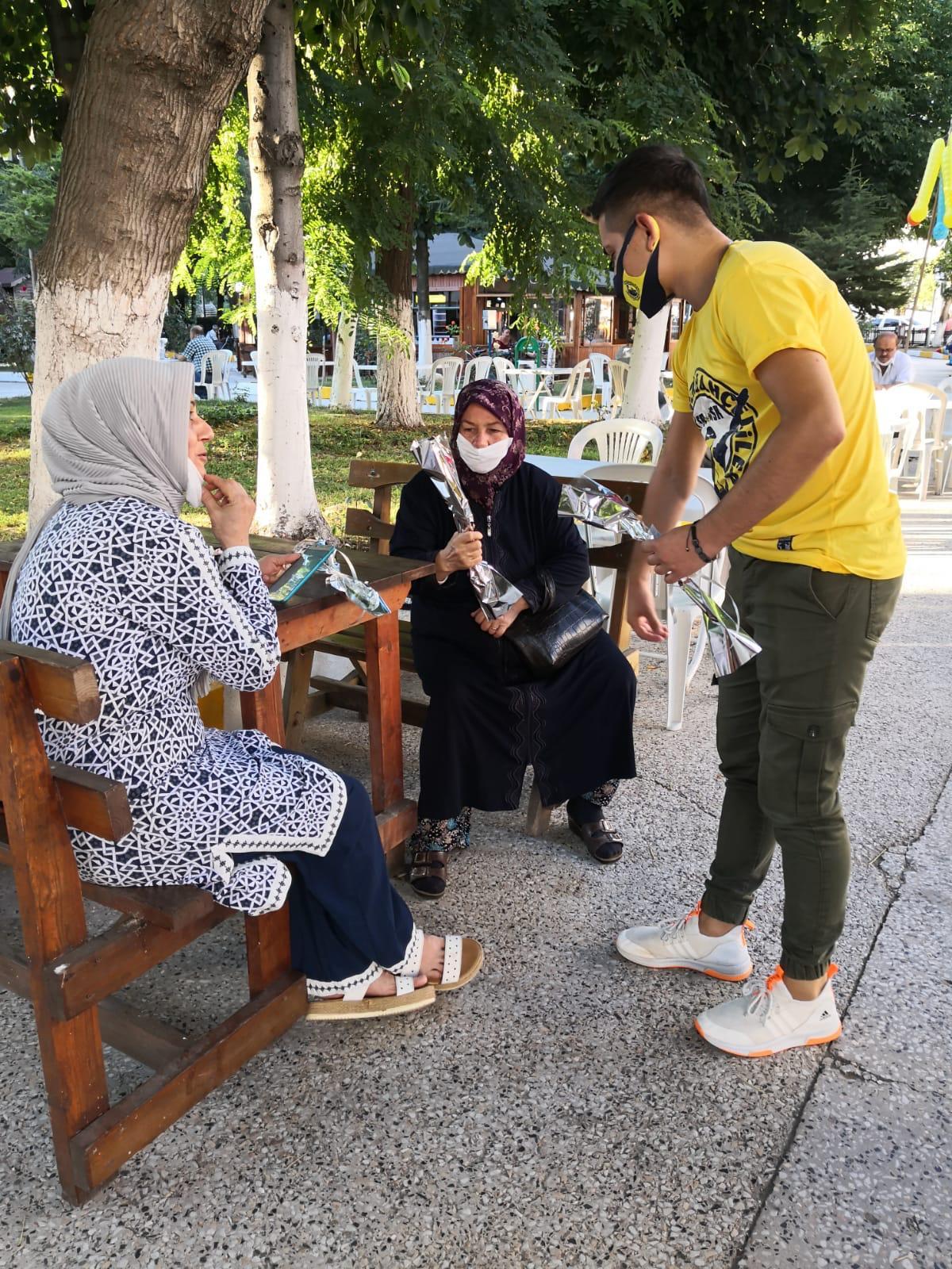 Saray Genç Fenerbahçeliler Tepki İçin Karanfil Dağıttı